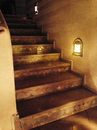 Ksar Anika: Nicely lit stairs leading to the first floor
