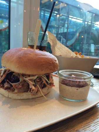 MAD - Modern American Diner: Pulled pork, coleslaw and hickory bbq sauce and chipotle chili sauce