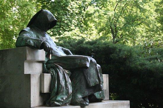Anonymus Szobor (Anonymous' Statue): la mano