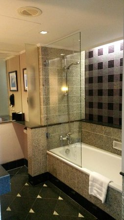 Sofitel Saigon Plaza: Bathroom with purple tiles.