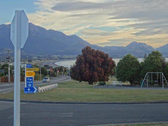 Bella Vista Motel Kaikoura: view of sea from road near hotel
