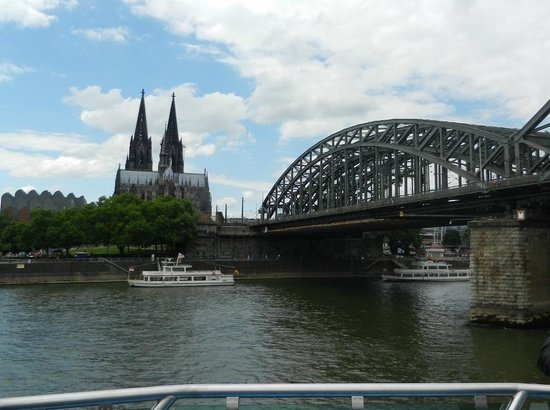 KD Day Cruises : Passing Under the Bridges