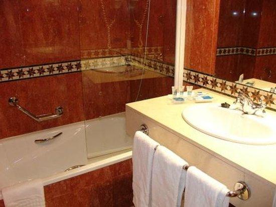 Hotel Palacio de Valderrabanos: baño completo bañera grande
