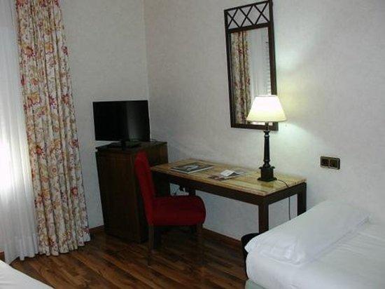 Hotel Palacio de Valderrabanos: Mesa, telefono y minibar