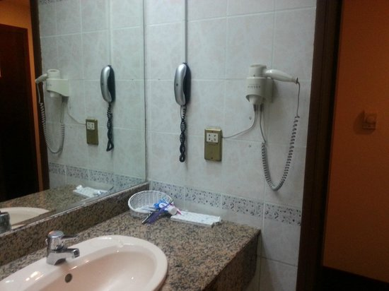 Orchid Hotel: bathroom