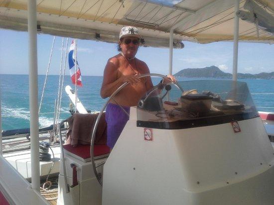 Catchasam Catamaran Charter : serge prend la place de Luc pour de faux !