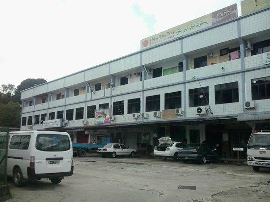 Apek Utama Hotel: shops opposite apek utama