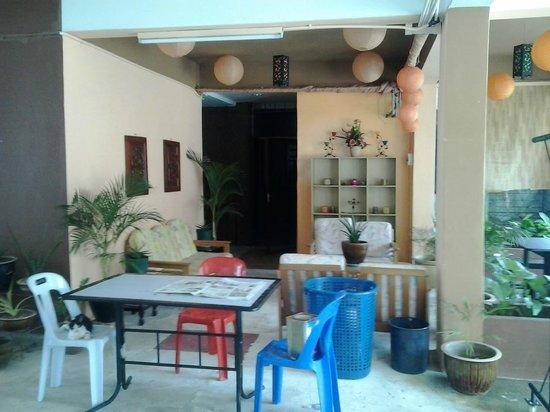 Apek Utama Hotel: outdoor lounge