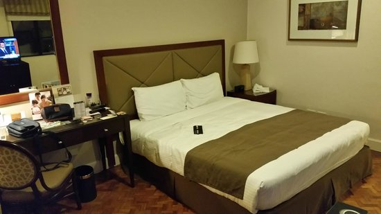 Somerset Olympia Makati: Huge bed and space around it