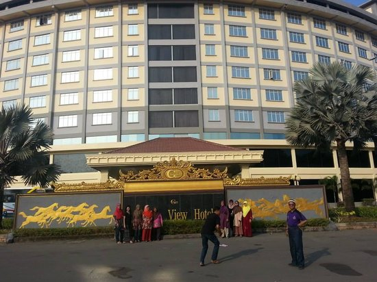 Golden View Hotel Batam: Front view of hotel...