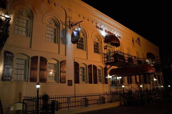 Olde Harbour Inn - River Street Suites: Olde harbour Inn at night