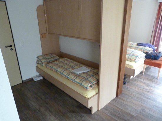 Hotel des Alpes: Twin room with single bunk for adult groups-very clean and comfortable