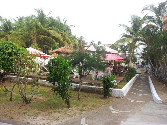 Espace vert picture of hotel la madrague grand bassam for Espace vert