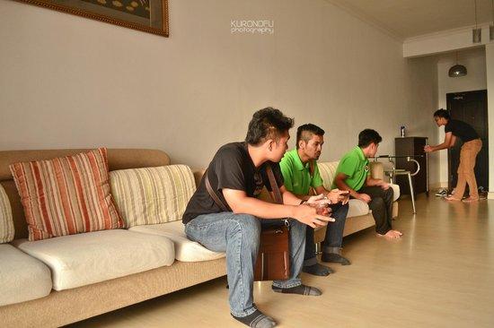 Marina Court Resort Condominium: The spacious living room!
