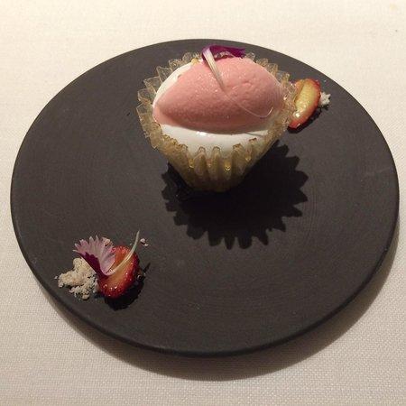 ABaC Restaurant : Cup cake de merengue, fresitas y rosas