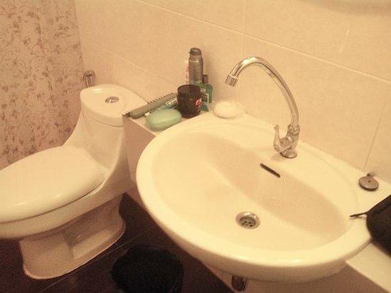 Smile Society: banheiro do quarto privado com para 02 e 03 pessoas