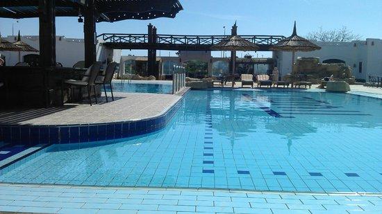 Tivoli Hotel : Бассейн хороший)