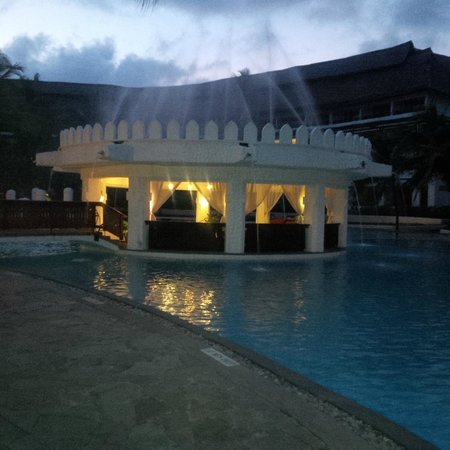 Southern Palms Beach Resort : Gazebo by night