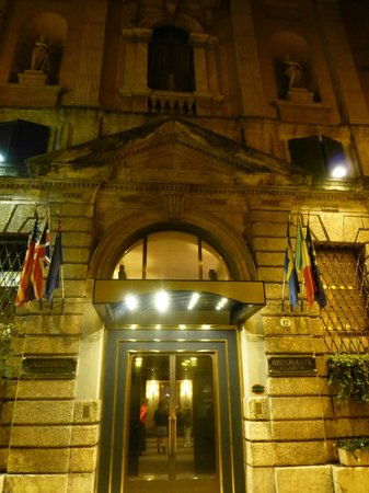 Accademia Hotel: Entrance at night