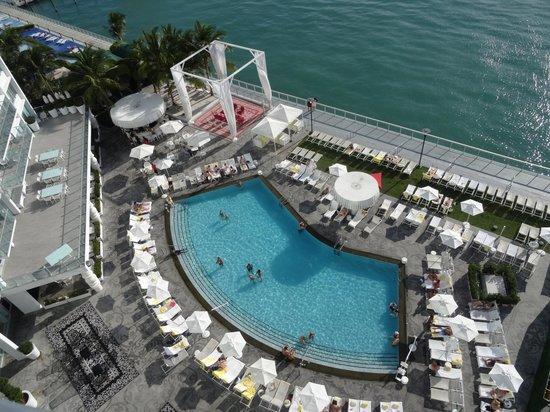 Mondrian South Beach Hotel: Vue du balcon sur la piscine