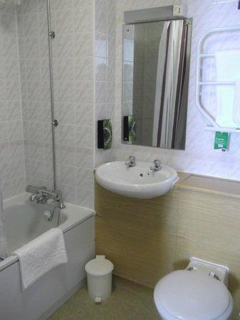 Premier Inn Hartlepool Marina Hotel: bathroom.