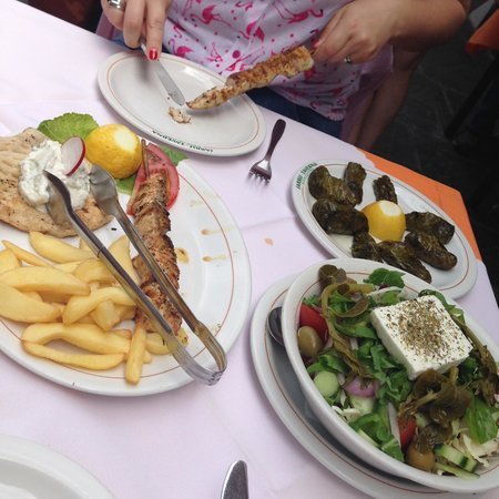 Tavern Sarris: Great dolmades and souvlaki