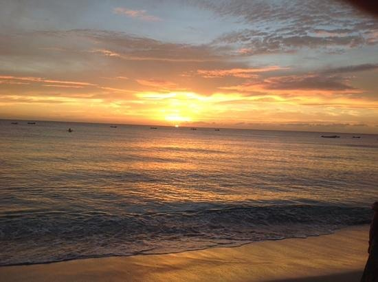 Ju Ju's Beach Bar and Restaurant: enoy the sunset with a rum punch