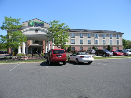 Holiday Inn Express Hotel & Suites Quakertown: View of hotel