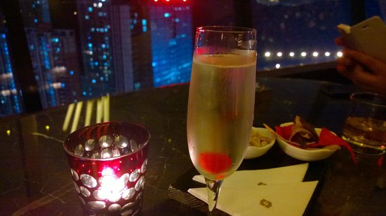 Shangri-la Hotel Shenzhen: Chilled Champagne enjoying the night view of Shenzhen