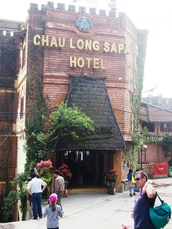 Chau Long Sapa Hotel: Entrance to hotel, which is in easy walk of many restaurants and shops and easy to do a walking