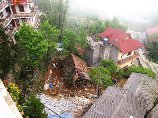 Chau Long Sapa Hotel: View from the balcony to some local building construction, don't be put off - interesting to wat