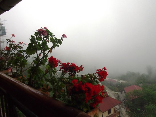 Chau Long Sapa Hotel: View from our room; the misty clouds would come and go