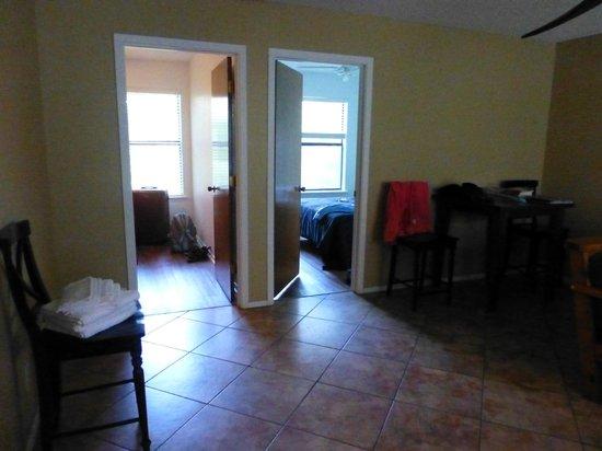 Grandpappy Point : Blick aus Wohnzimmer in die zwei Schlafzimmer
