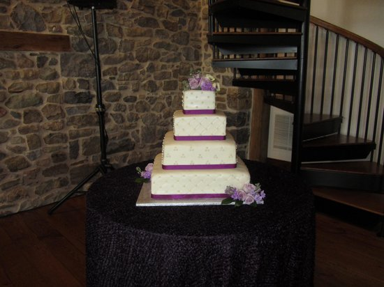 Country Table Restaurant : gorgeous Wedding Cakes