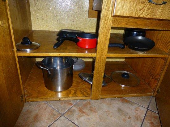 Grandpappy Point : Blick in den Küchenschrank (Kochgeschirr für 4 Personen!)