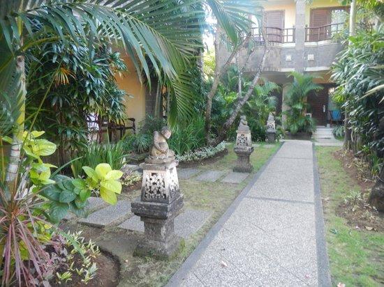 Adhi Jaya Hotel: garden