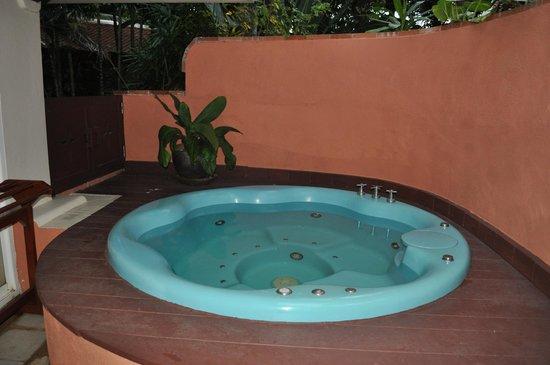 Santiburi Beach Resort & Spa : idromassaggio esterno villa