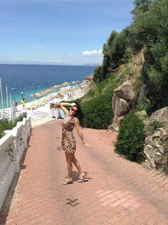 Green Beach Resort: спуск к морю