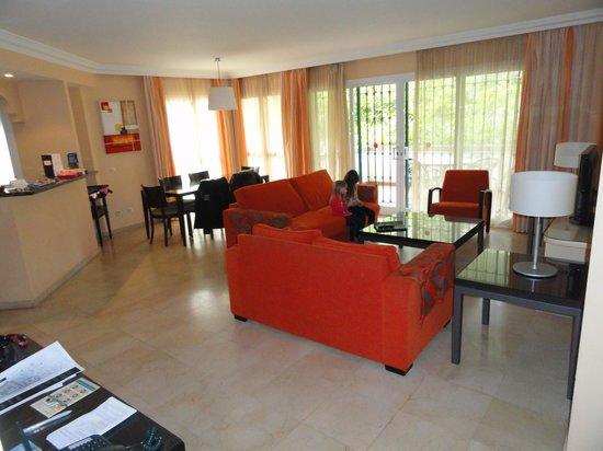 wohnzimmer mit küchenbar - picture of alanda club marbella
