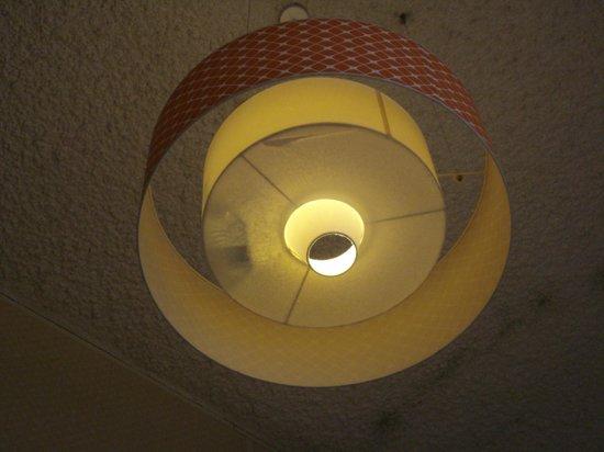 Stayokay Hostel Amsterdam Zeeburg: Lampadario con oggetti annessi!!