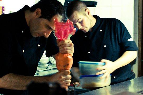 De Smulpot : Onze jongens staan in een open keuken voor u de gerechten te bereiden