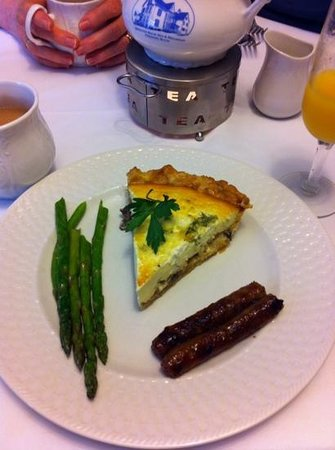Brewster House Bed & Breakfast: Delicious goat cheese and mushroom quiche with asparagus and sausage