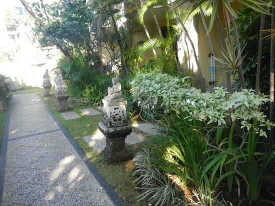 Adhi Jaya Hotel : garden