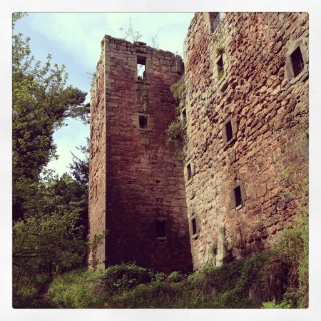 Rosslyn Castle: view of the castle from below in the valley