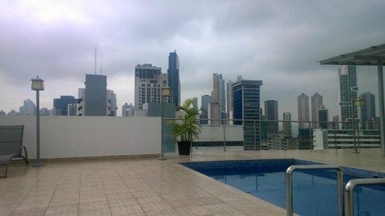 Clarion Victoria Hotel and Suites Panama: terraza con piscina excelente vista