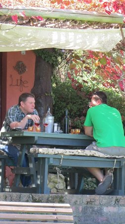 Moggs Country Cookhouse : outdoor sitting