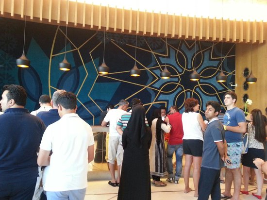 Crowne Plaza Abu Dhabi - Yas Island: Crowded reception long ques for check in.