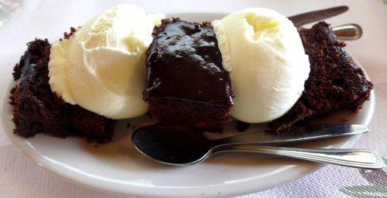 Kri Kri: Warmer Schokoladenkuchen mit Vanilleeis