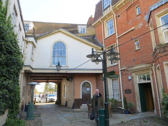 Rutland Arms Hotel: Entrance to the courtyard.
