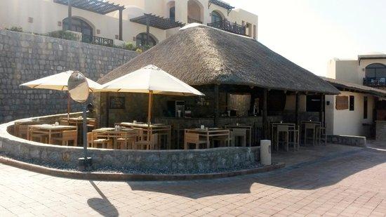 The Cove Rotana Resort Ras Al Khaimah: Bar by the pool